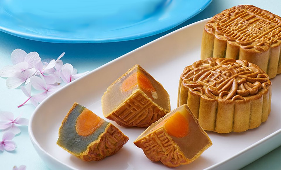 Pandan Lotus Paste with Single Egg Yolk Mooncake