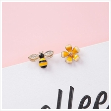 E0409 BUMBLE BEE AND FLORAL EARRING